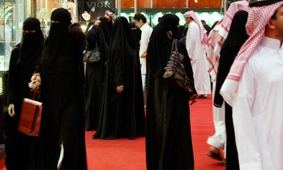 'Erkeklerle aynı masaya oturan' Suudi kadın meclis üyelerine ölüm tehdidi