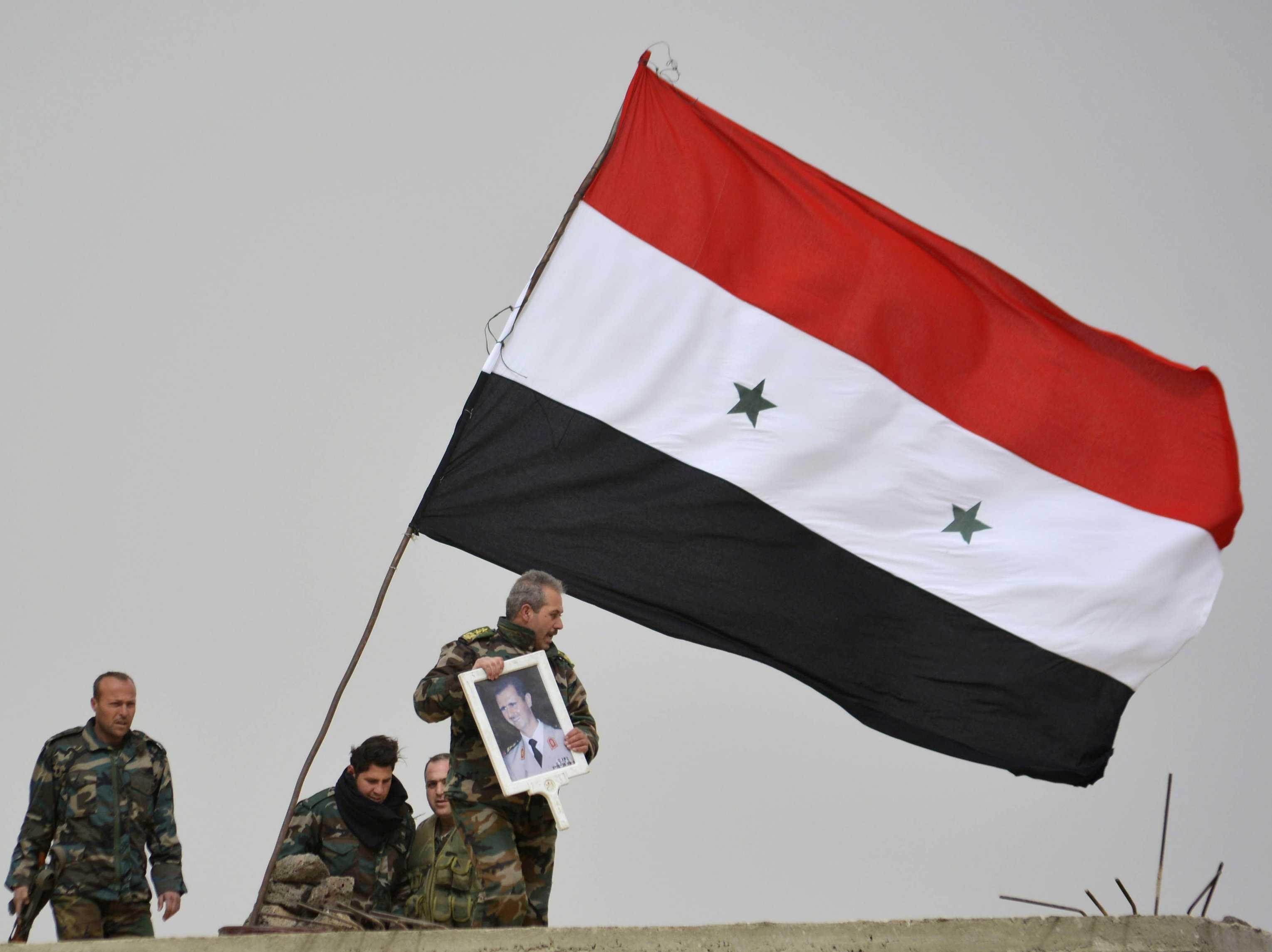 'Rakka'da halk evlerine Suriye bayrağı astı, IŞİD'e karşı ayaklandı'