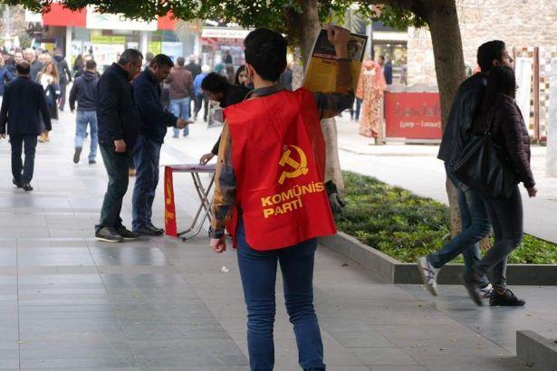 'Türkiye dinsel kurallarla yönetilemez' bildirisi dağıtan Komünist Parti üyeleri gözaltında