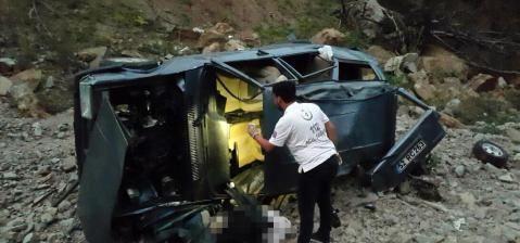 100 metrelik uçurumdan  yuvarlanan sürücü  yaşamını yitirdi