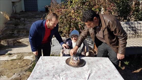 102 yaşında ilk kez doğum gününü kutladı