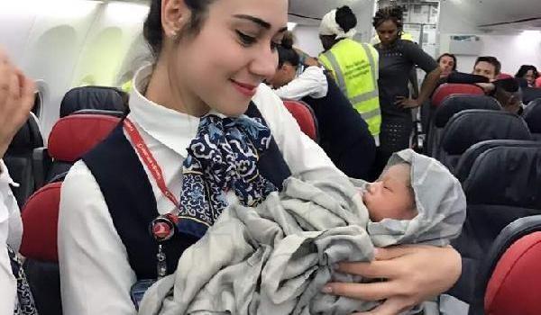 13 bin metre yüksekte THY uçağında doğdu