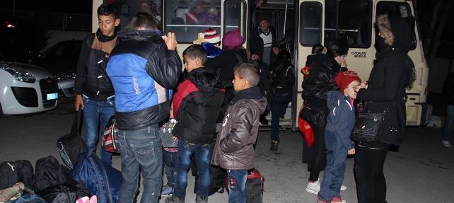 15 kişilik minibüsten 43 kişi çıktı... Havasızlıktan bayıldılar