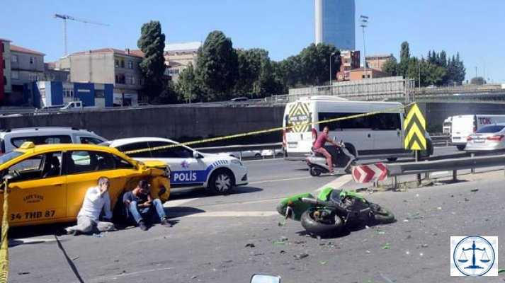 Hatalı şerit değiştiren taksi sürücüsü motosikletlinin ölümüne neden oldu