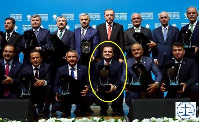 FETÖ'den 30 yıl hapsi istenen AKP'li başkana ödül verildi